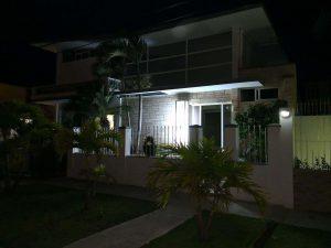 foto de lejos de la nueva sucursal de la habana Accesorios & Perfiles Villa por la noche