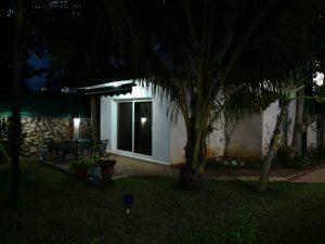 foto del jardin de la nueva sucursal de la habana Accesorios & Perfiles Villa por la noche